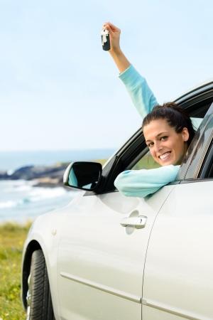 key to freedom: La mujer que conduc�a el auto y la celebraci�n de las llaves de viajes de verano Foto de archivo