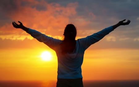 manos levantadas al cielo: Mujer libre que levanta los brazos al cielo de verano de oro puesta de sol y mar como alabar la libertad, el �xito y el concepto de esperanza Chica de relax y disfrutar de la paz y la serenidad de la naturaleza hermosa