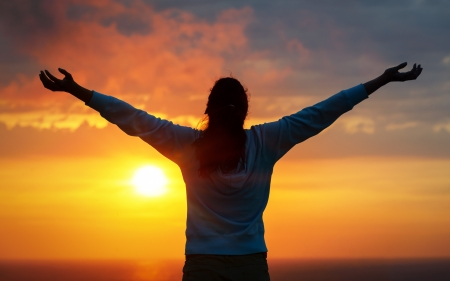 Vrije vrouw verhogen armen om gouden zonsondergang zomer hemel en de oceaan, zoals het prijzen Vrijheid, succes en hoop begrip Meisje ontspannen en te genieten van rust en sereniteit op mooie natuur