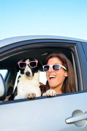 velocidad: Mujer y perro coche en viajes de verano de conducción y tener vacaciones divertidas y velocidad con el concepto divertida del animal doméstico