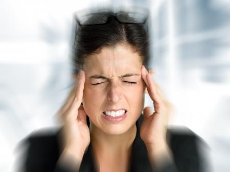 hoofdpijn: Zakenvrouw met intense stress en pijnlijke hoofdpijn Vrouw in baan problemen Stockfoto