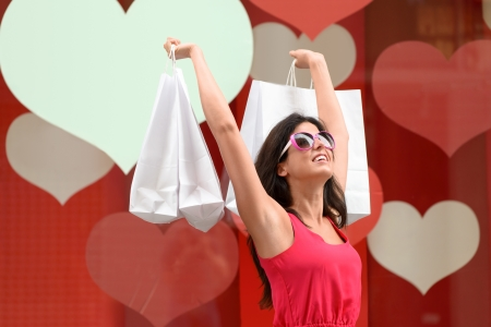 compras compulsivas: Compras de la mujer exitosa, levantando las bolsas y sonriente morena chica compras moda en ventas y salir de la tienda