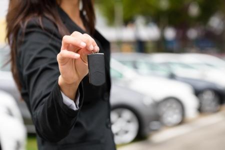 Verkoopster aanbieden autosleutel Transport verkoop en verhuur begrip Stockfoto - 25040339