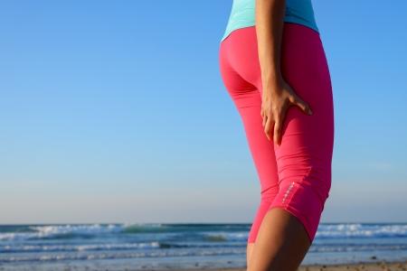 Vrouwelijke agent lijdt aan een pijnlijke hamstring spier contractuur of spasmen tijdens de training Sport been blessure tijdens het hardlopen begrip Stockfoto