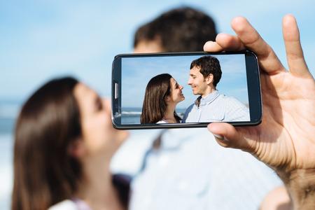 Junge Paare auf Flitterwochen unter selfie Porträtfoto mit Smartphone-Kamera