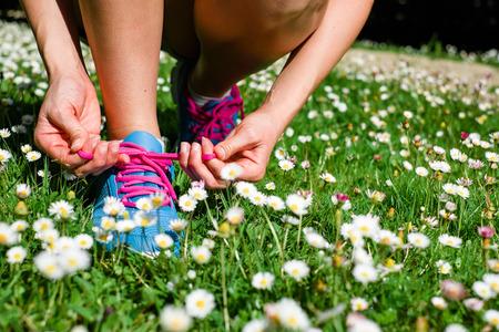 Vrouwelijke atleet zich klaar voor lopen in het voorjaar van park fitness workout outdoor-concept Stockfoto