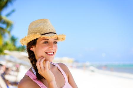 riviera maya: Encantadora mujer Relaxed que disfruta de vacaciones en el Caribe tropical en la playa en Playa del Carmen, Riviera Maya, M�xico. Morena del C�ucaso en vacaciones miran a la cara para copiar el espacio. Foto de archivo