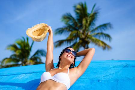 Giovane donna di relax e godendo in spiaggia durante tropicale vacanza caraibica. Bella ragazza in bikini bianco a Cancun, in Messico. Archivio Fotografico - 36978696
