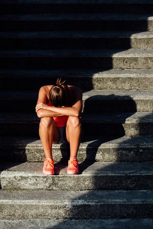 persona triste: Frustrado deportivo sobreentrenamiento mujer sufrimiento. Deporte y fitness desesperación y frustración concepto.