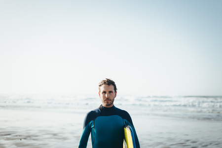 男性サーファー ビーチ ライフ スタイル肖像画。ボディー ボード サーフィン用具、ウェット スーツの男。
