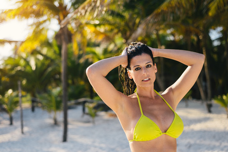 vacaciones en la playa: Mujer relajada disfrutando de las vacaciones de verano y la tranquilidad en la playa del Caribe salvaje. Brunette femenino en sus vacaciones en la Riviera Maya, México.