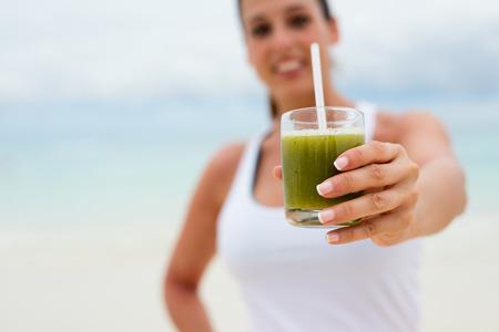 Fitness mujer con verde batido de desintoxicación saludable. Dieta de verano y la nutrición para el concepto de adelgazar.