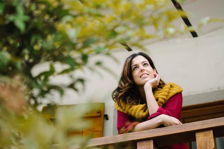 Détendu femme pensive sur l'automne. Sérénité au concept de la maison. Banque d'images