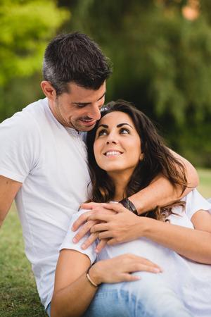 parejas enamoradas: Amante joven cariñosa pareja de citas y disfrutando de su amor en el parque en verano o primavera.