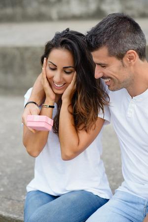 donna innamorata: Donna sorpresa in amore che riceve giorno o anniversario regalo di San Valentino dal suo fidanzato.