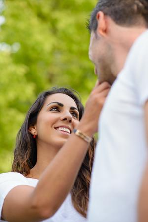 parejas enamoradas: Mujer joven en el amor acariciando la cara de su novio. pareja romántica cariñosa. Foto de archivo