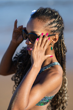 Stylish black woman on summer at the beach. Stockfoto