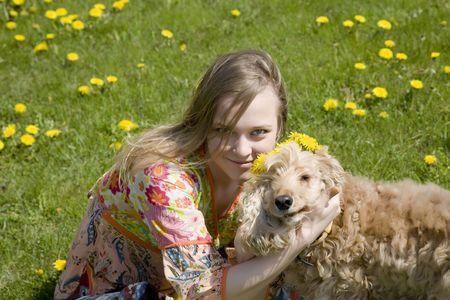 mujer hippie: Hippie joven mujer con perro en el jard�n  Foto de archivo