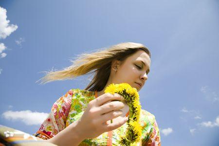 mujer hippie: Joven hippie mujer bajo la luz del sol