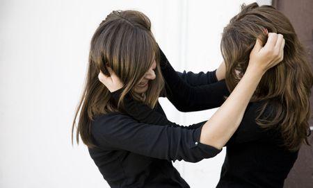 mujeres peleando: Conflicto. Dos ni�as la lucha contra el adolescente al aire libre.