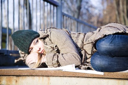 wirtschaftskrise: Die junge Frau liegt auf Asphalt. Wirtschaftskrise Serie.