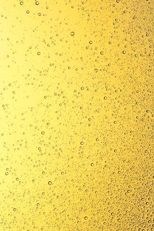 kropla deszczu: Krople wody złota w oknie. Zbierania wody.