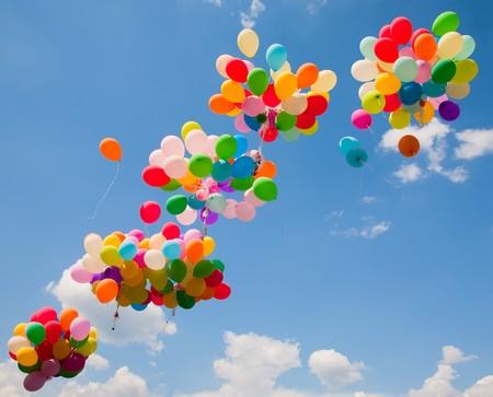 Sacco di palloncini colorati sullo sfondo del cielo