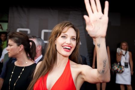 """Moskou - 25 juli: Actrice Angelina Jolie op de première van de film """"Zout"""" op de """"oktober"""" Cinema. 25 Juli 2010 in Moskou, Rusland. Redactioneel"""