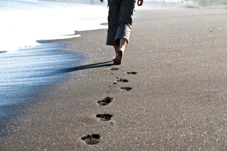 piedi nudi di bambine: Donna che cammina lungo la riva del mare Archivio Fotografico