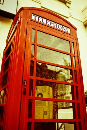 cabina telefonica: Estilo Inglés roja cabina telefónica Foto de archivo