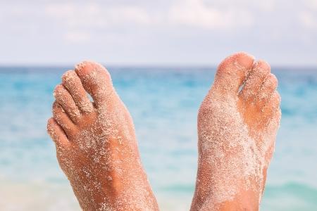jolie pieds: Man Feet par la mer Banque d'images