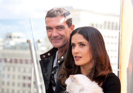 puss: MOSCOW - July 16: Antonio Banderas and Salma Hayek arriving at the Puss In Boots Premiere at the Ritz Hotel Moscow on July 16, 2011 in Moscow, Russia