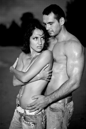nue plage: Jeunes amants nus topless sur la plage