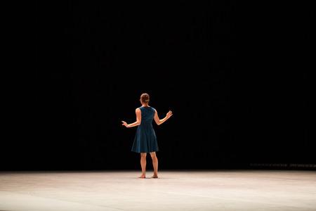 """caucasian woman: MOSCA - NOVEMBRE 28: Mouth to Mouth da Danielle Agami. Rehearsal. Festival della coreografia contemporanea """"Contesto. Diana Vishneva"""" al Teatro di Mossovet. 28 Novembre 2014 a Mosca, Russia Editoriali"""