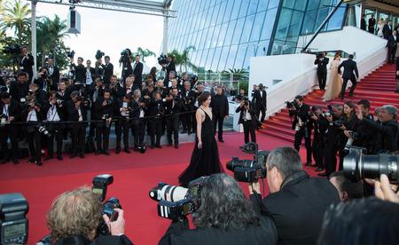 칸 느, 프랑스 - 5 월 20 일 : 밀라 Jovovich '마지막 얼굴'초연에 참석한다. 칸 느에서 2016 년 5 월 20 일 Palais des Festivals에서 제 69 회 칸느 영화제 에디토리얼