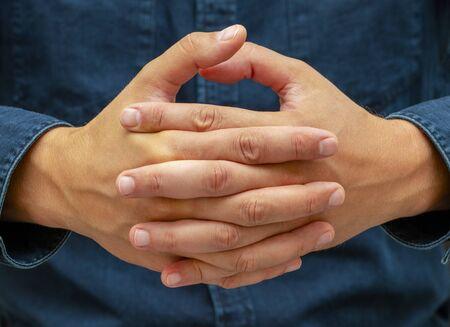 Kombination von Fingern bedeutet, dass eine Person meditiert