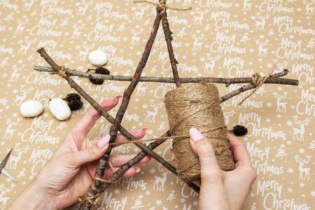 oggetti fatti a mano per albero di natale stella sullo sfondo con la scritta buon natale