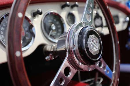 Nordbezirk, Israel - 4. Mai 2020: Klassischer MG MGB Roadster Innenraum und Armaturenbrett. Nahaufnahme des Innenraums eines MG-Sportwagens.