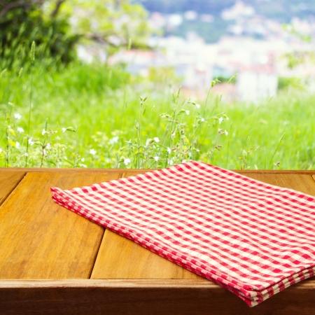 나무 테이블에 식탁보와 제품 몽타주의 배경