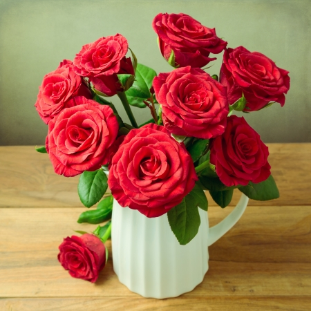 Rose flower bouquet over wooden background Stock Photo - 21736217