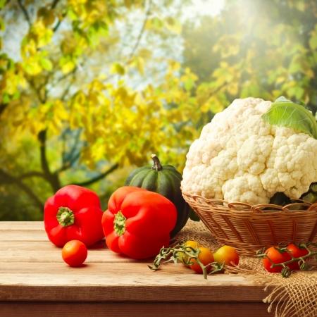 tomate de arbol: Verduras frescas en la mesa de madera sobre el fondo del jardín