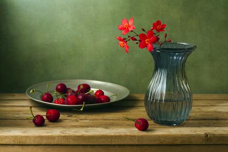 Stilleben mit Blumen und Kirschen peregrina Standard-Bild