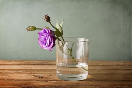 violette fleur: Eustoma fleur pourpre en verre d'eau Banque d'images
