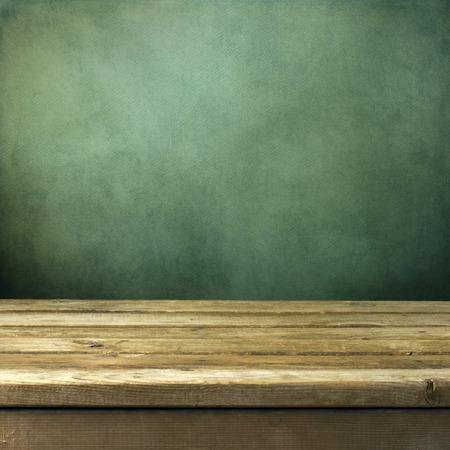 fondo para tarjetas: Mesa cubierta de madera sobre fondo verde grunge Foto de archivo