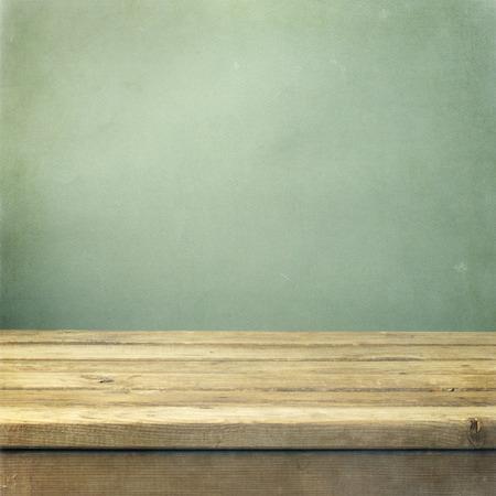 wood table: Mesa cubierta de madera sobre fondo verde grunge Foto de archivo