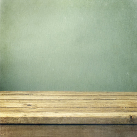 madera: Mesa cubierta de madera sobre fondo verde grunge Foto de archivo