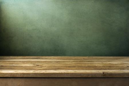 緑のグランジ背景にウッドデッキのテーブルでバック グラウンド