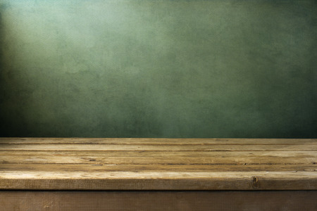 tabulka: Souvislosti s dřevěná paluba stole na zeleném pozadí grunge
