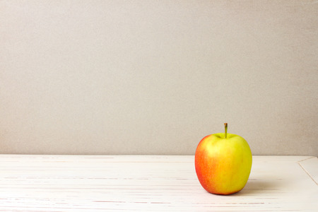 tabla de madera: Apple en blanco mesa de madera y fondo gris grunge