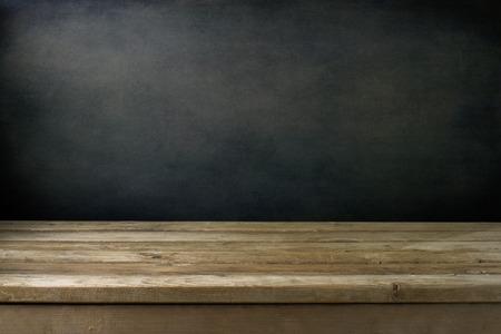 wood table: Fondo con la pared del grunge negro y cubierta mesa de madera.